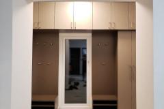 Beépített előszobaszekrény nyitott résszel, zárt gardróbbal és felső tárolókkal
