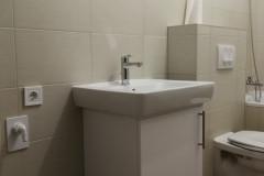 Ajtós mosdószekrény kisebb fürdőszobába