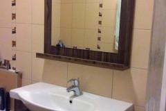 Barna mosdószekrény fiókokkal, párkányos tükörrel