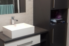 Fekete-fehér mosdószekrény és állószekrény fiókokkal, ajtókkal és nyitott polcokkal