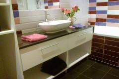 Széles mosdópult gránit lappal, fiókos és nyitott szekrénnyel