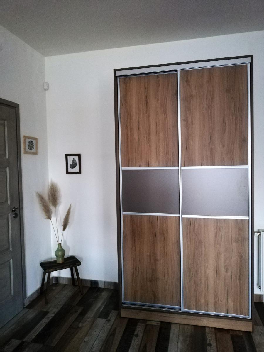 Előszobaszekrény kazettás ajtókkal