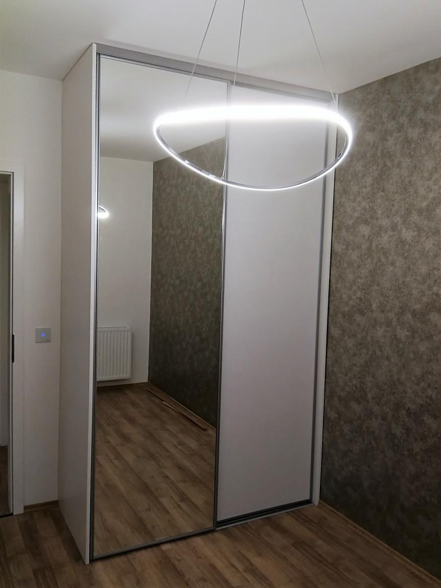 Beépített gardrób szekrény osztott tükrös és teli tolóajtóval