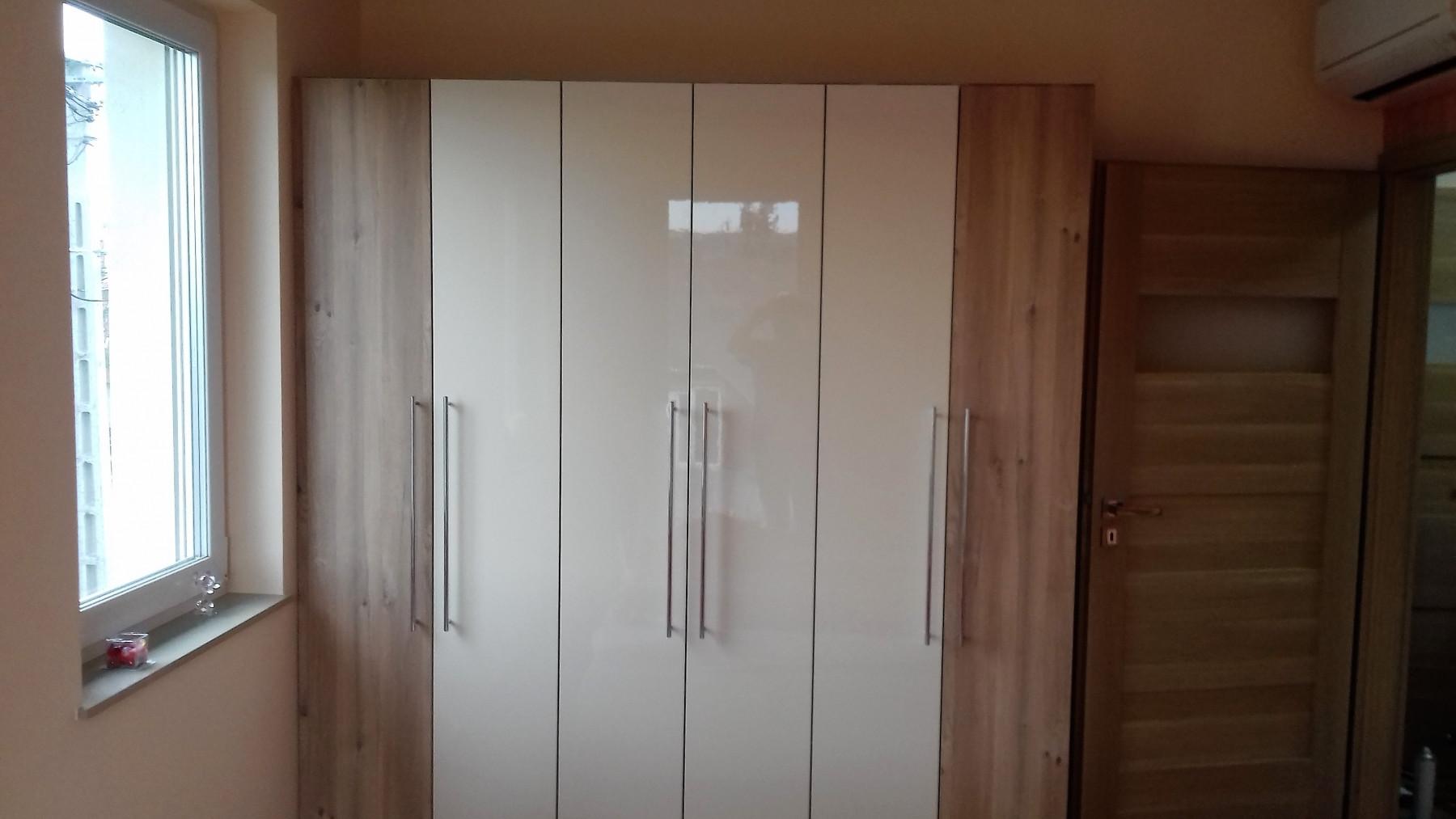 Nyíló ajtós gardrób szekrény magasfényű fehér és famintájú  ajtókkal