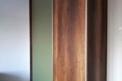 Egyedi ruhásszekrény tolóajtóval több színű fronttal