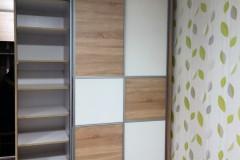 Pepita tolóajtós beépített gardrób szekrény polcokkal