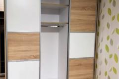 Pepita tolóajtós beépített gardrób szekrény polcokkal és akasztóval
