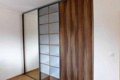 Beépített gardrób szekrény osztott tükrös és teli tolóajtókkal, sok polccal