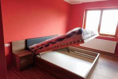 Fejtámlás ágy ágyneműtartóval, steppelt betéttel, beépített éjjeliszekrénnyel