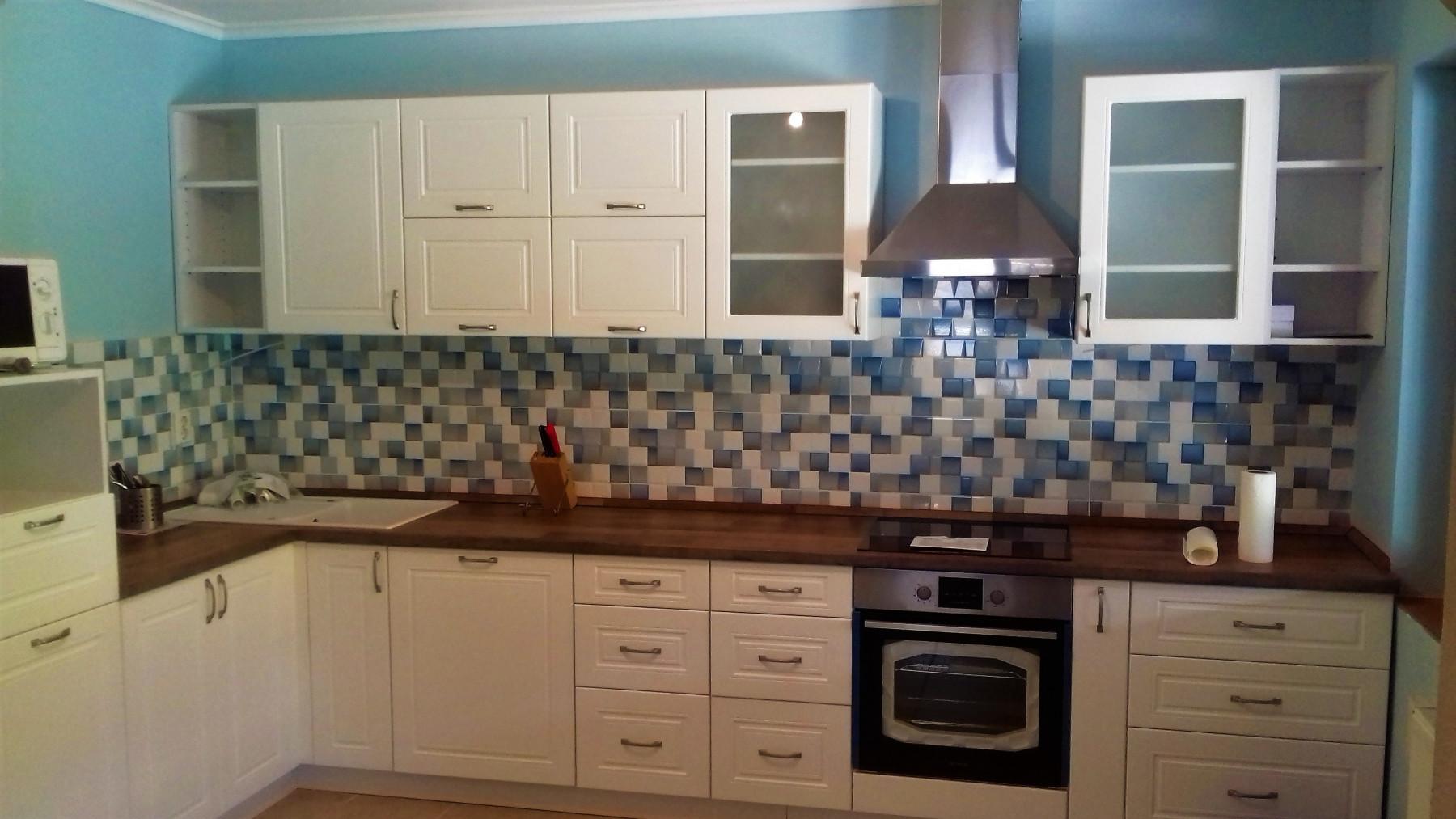 L alakú konyha felső üveges szekrényekkel