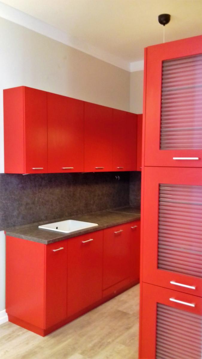 Piros U alakú konyha fehér mosogatóval