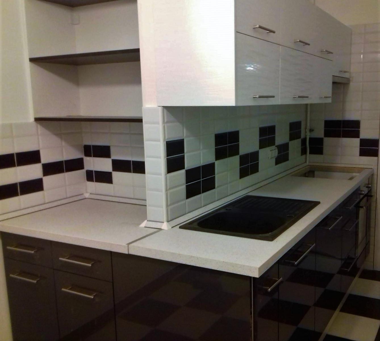 Fekete-fehér magasfényű konyhabútor