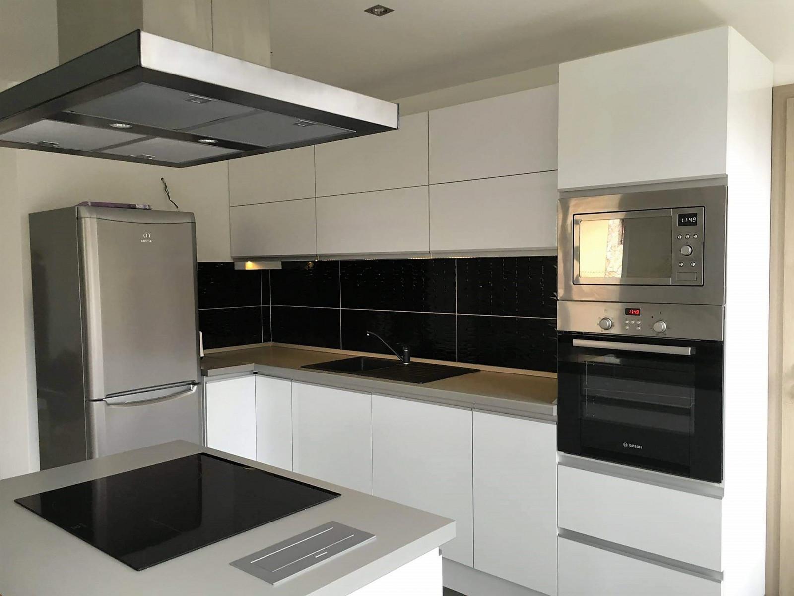 Fehér rejtett fogantyús modern konyha konyhaszigettel