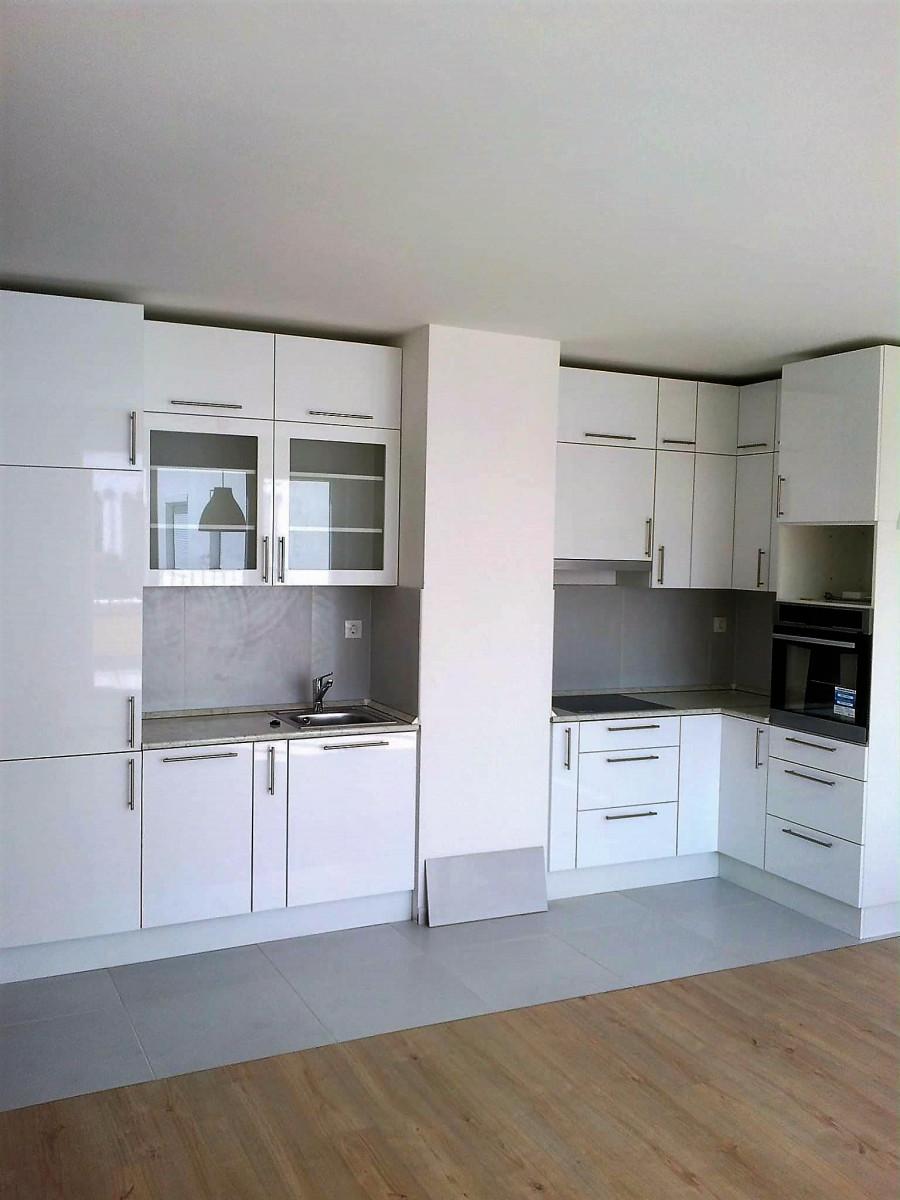 Fehér beépített konyha vitrines szekrénnyel