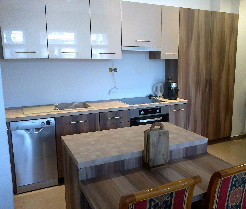 Modern mini konyha kamraszekrényekkel, étkezős konyhaszigettel
