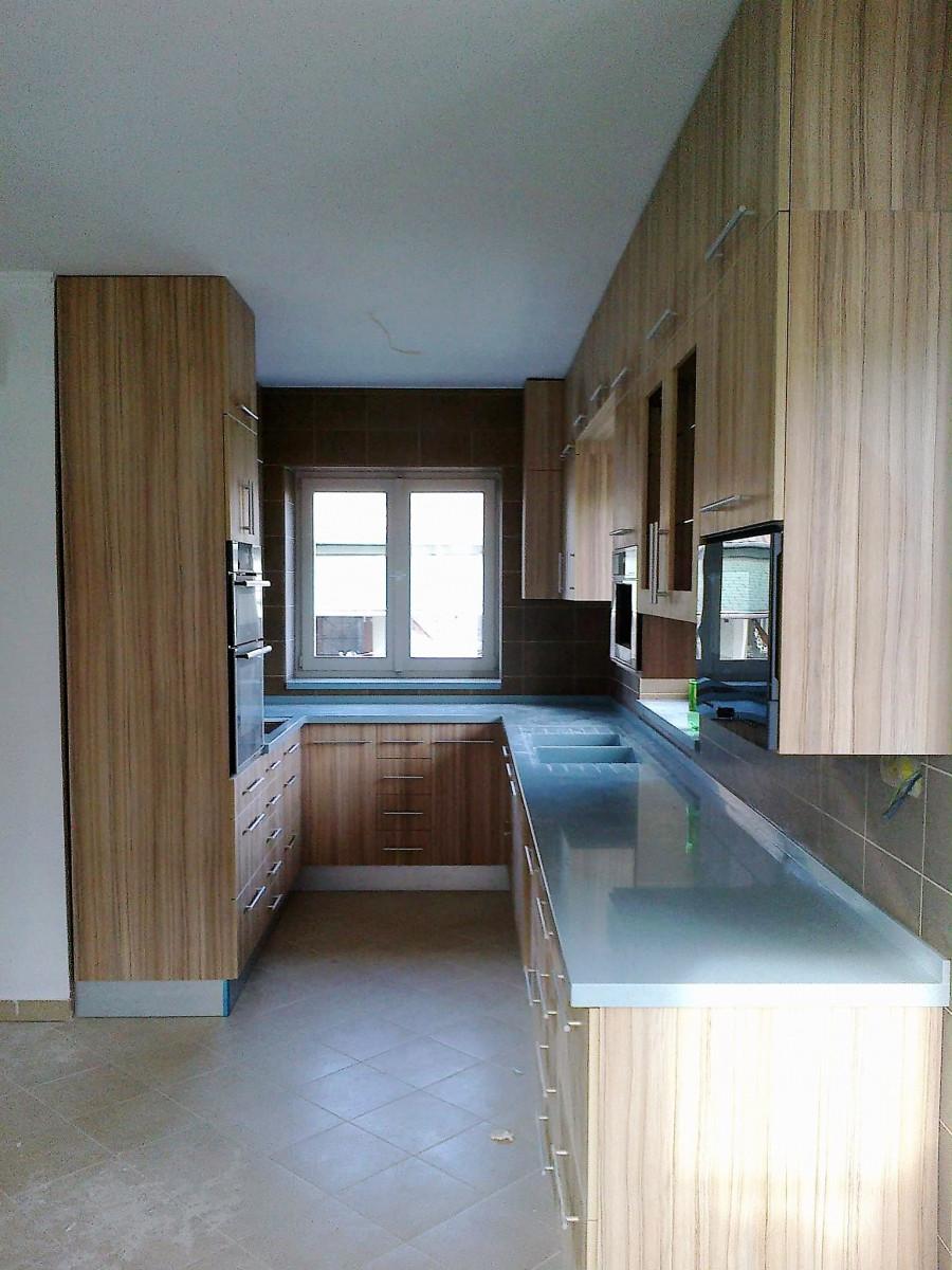 J alakú konyha sok fali tárolóval