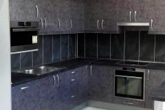 Szürke magasfényű márványmintás U alakú konyha