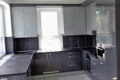 Szürke magasfényű U alakú konyha