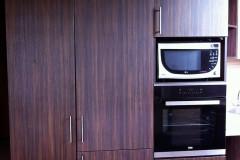 Tetőtéri nyitott konyha kamraszekrénnyel