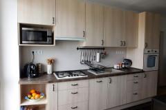 Világos blokk konyha beépített háztartásigépekkel