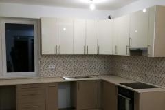 Barna-bézs L alakú konyha beépített konyhagépekkel