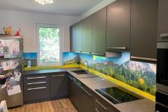 L alakú világos ablakos étkezős konyha beépített gépekkel