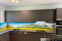 L alakú világos ablakos konyha beépített gépekkel