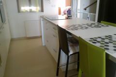 Egyenes konyha konyhaszigetes pulttal, tárolófiókokokkal