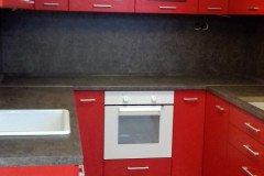 Piros U alakú konyha fehér sütővel