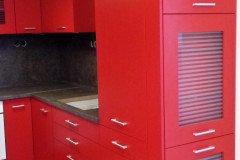 Piros U alakú konyha üvegajtós vitrinnel