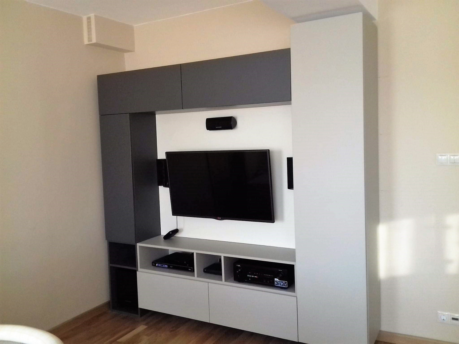 Modern szürke-fehér nappalifal