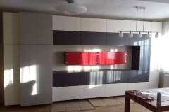 Egyedi dizájnú piros-szürke fehér nappalifal