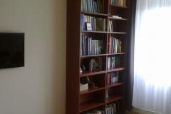 Nyitott könyvespolc